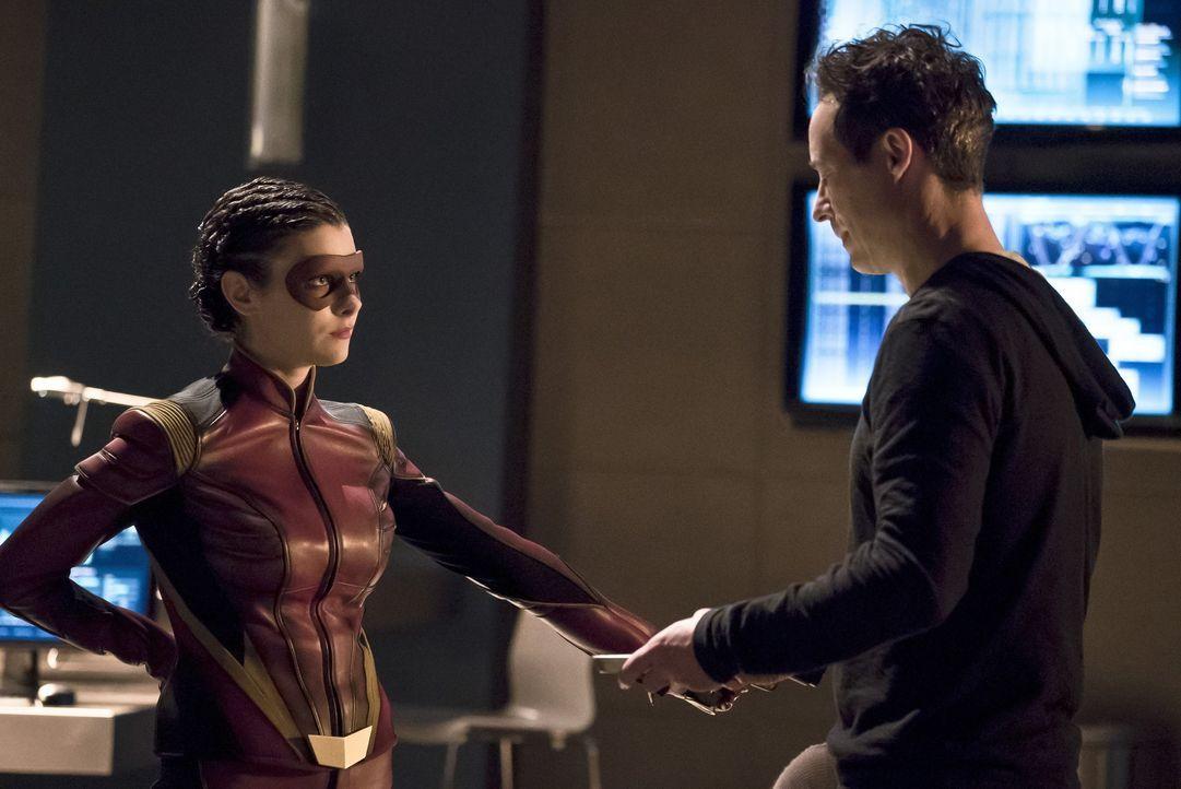 Während Dr. Wells (Tom Cavanagh, r.) bereits weiß, welche Folgen das V-9 hat, ist Eliza alias Trajectory (Allison Paige, l.) noch elektrisiert von d... - Bildquelle: Warner Bros. Entertainment, Inc.