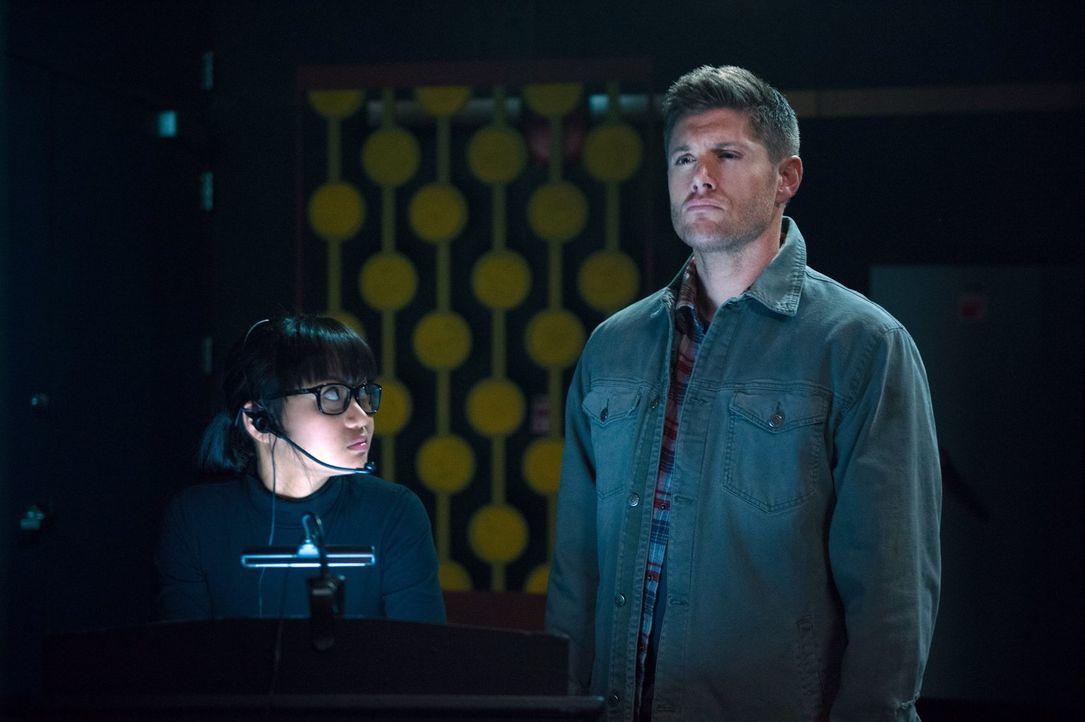 Dean (Jensen Ackles, r.) muss mit dem Fan Maeve (Joy Regullano, l.) zusammenarbeiten, um eine gefährliche Göttin aus dem Weg zu räumen ... - Bildquelle: 2016 Warner Brothers