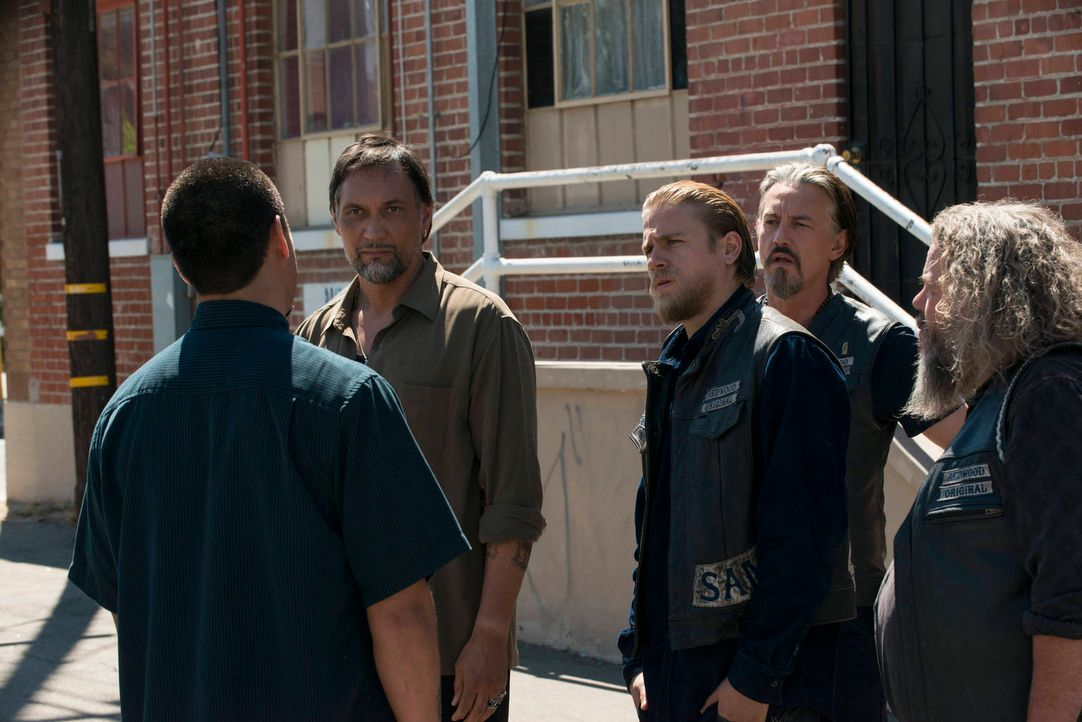 Müssen vor Neros (Jimmy Smits, l.) alten Gangbrüdern fliehen: Jax (Charlie Hunnam, M.), Chibs (Tommy Flanagan, 2.v.r) und Bobby (Mark Boone Junior,... - Bildquelle: 2012 Twentieth Century Fox Film Corporation and Bluebush Productions, LLC. All rights reserved.