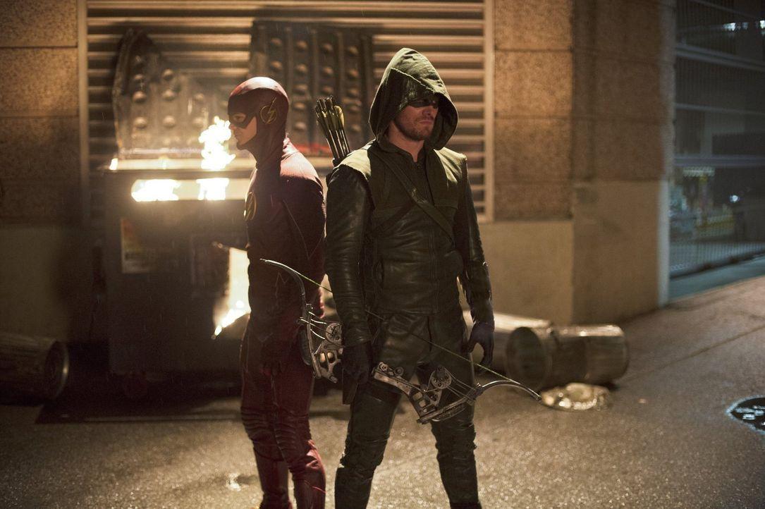 Ray Bivolo bedroht Central City in dem er die Gefühle anderer Menschen beeinflusst. Barry alias The Flash (Grant Gustin, l.) versucht ihn zu stoppen... - Bildquelle: Warner Brothers.