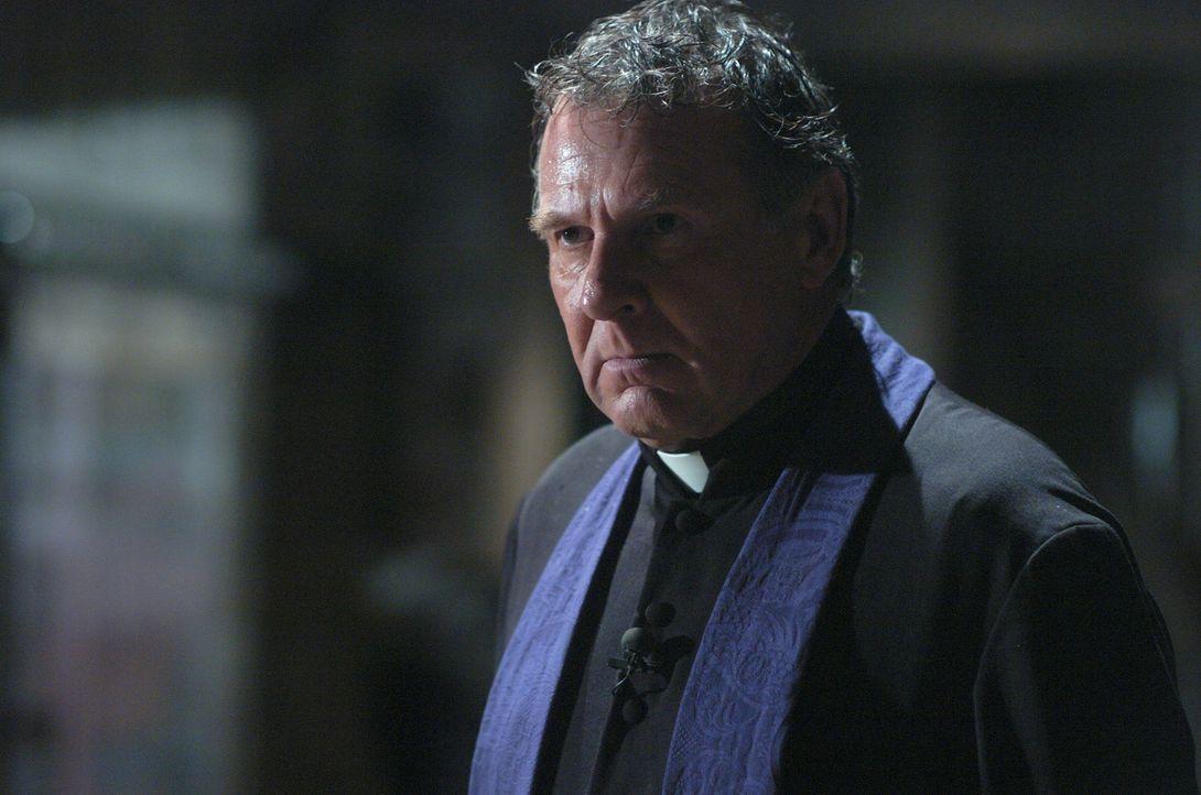 Pater Moore (Tom Wilkinson) ist überzeugt, dass Emily vom Teufel besessen gewesen und der Exorzismus, der zu ihrem Tod führte, nur aufgrund der Medi... - Bildquelle: Sony Pictures Television International. All Rights Reserved.
