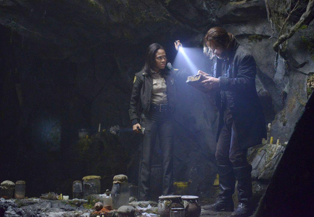 Ichabod Crane (Tom Mison, r.) und Sheriff Abbie Mills (Nicole Beharie, l.) wollen zusammen das übernatürliche Geheimnis der Stadt Sleepy Hollow löse... - Bildquelle: 2013 Twentieth Century Fox Film Corporation. All rights reserved.