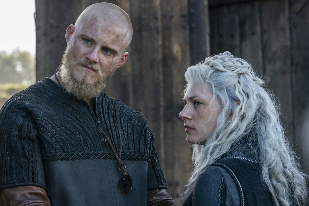 Björn (Alexander Ludwig, l.); Lagertha (Katheryn Winnick, r.) - Bildquelle: 2020 TM Productions Limited / T5 Vikings IV Productions Inc. All Rights Reserved. An Ireland-Canada Co-Production.