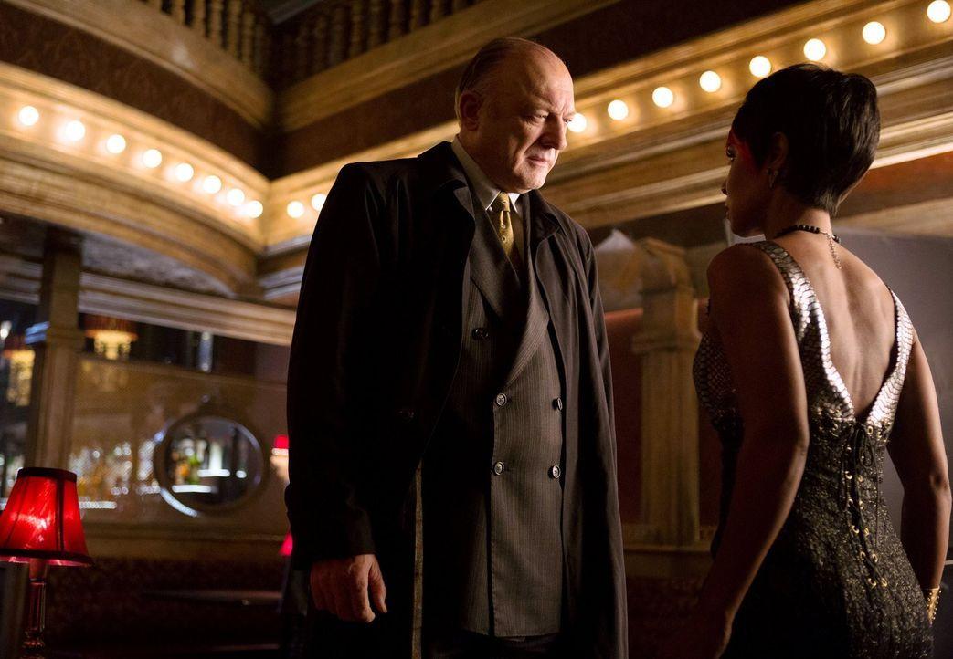 Während Gordon versucht seinen alten Job zurückzubekommen, hat Carmine Falcone (John Doman, l.) Probleme, sein Imperium zusammenhalten, als Fish Moo... - Bildquelle: Warner Bros. Entertainment, Inc.