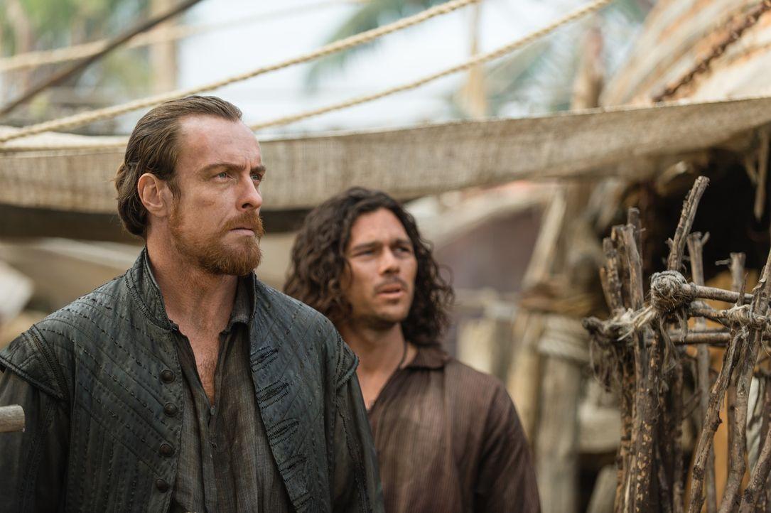"""John Silver (Luke Arnold, r.) und Captain Flint (Toby Stephens, l.) haben es geschafft: Die """"Urca de Lima"""" liegt endlich im Hafen von Nassau ... - Bildquelle: 2015 Starz Entertainment LLC, All rights reserved."""
