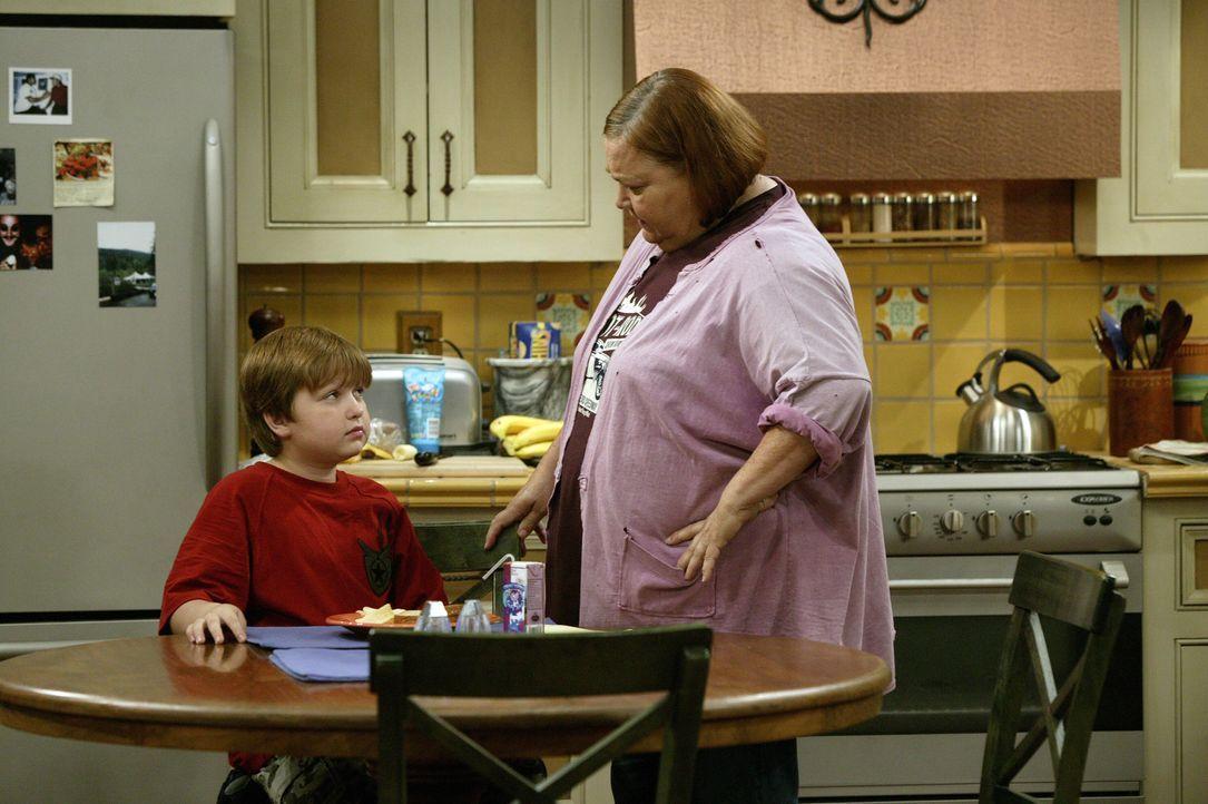 Auch Berta (Conchata Ferrell, r.) versucht Jake (Angus T. Jones, l.) zu überreden seine Hausaufgaben am Freitag Abend zu machen, damit er fürs restl... - Bildquelle: Warner Brothers Entertainment Inc.