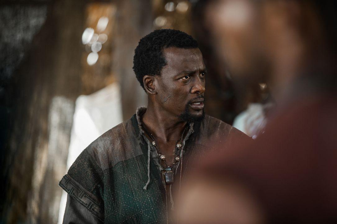 Hunderte von Piraten und ehemalige Sklaven versammeln sich, um die Kolonialherrschaft in der Neuen Welt zu stürzen. Julius (Tony Kgoroge) spricht si... - Bildquelle: David Bloomer 2017 Starz Entertainment, LLC