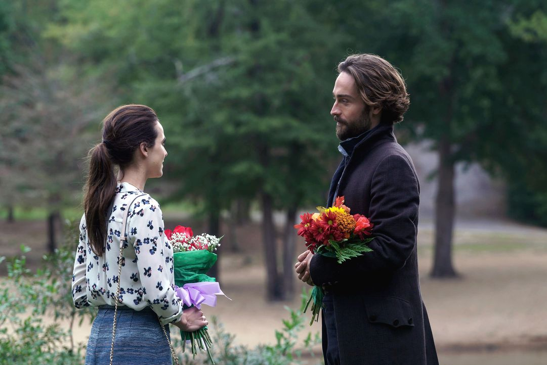 Crane (Tom Mison, r.) entwickelt immer stärkere Gefühle für die außergewöhnliche Zoe (Maya Kazan, l.). Doch hat diese Liebe überhaupt eine Chance?... - Bildquelle: 2015-2016 Fox and its related entities.  All rights reserved.