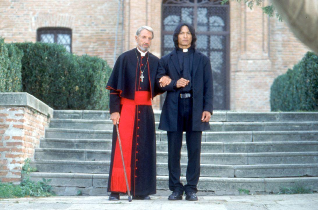 Zusammen mit dem alten Priester (David Gant, l.) versucht der Vampirjäger Pater Uffizi (Jason scott Lee, r.) zu verhindern, dass Dracula erneut sein... - Bildquelle: Neo Art & Logic