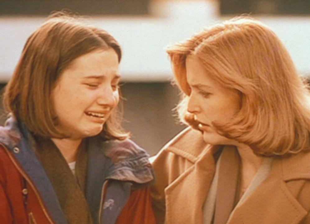 Scully (Gillian Anderson, r.) hört sich entsetzt die Aussage von Shannon (Heather McComb, l.) an, die erklärt, dass ihr Stiefvater zusammen mit ande... - Bildquelle: TM +   Twentieth Century Fox Film Corporation. All Rights Reserved.
