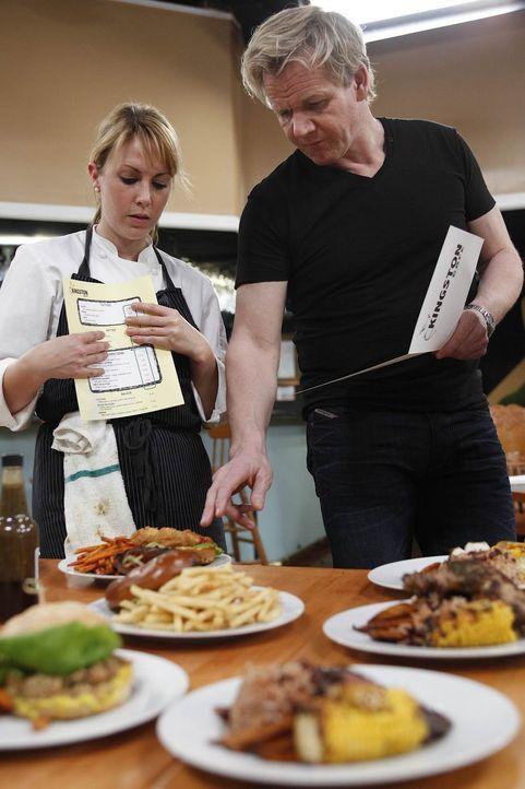 Gordon Ramsay (r.) weiß, welche Gerichte auf die Karte passen und welche nicht ... - Bildquelle: Greg Gayne Fox Broadcasting.  All rights reserved.