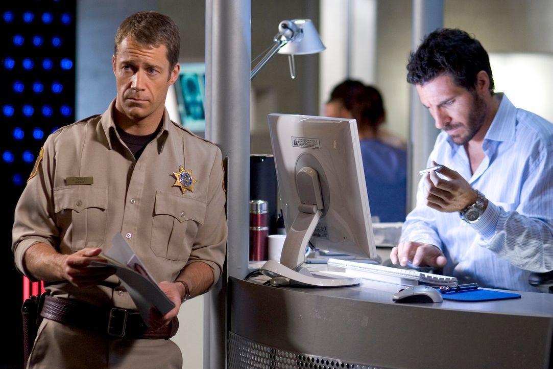 Werden Carter (Colin Ferguson, l.) und Nathan (Ed Quinn, r.) dem Täter auf die Spur kommen? - Bildquelle: Universal Television
