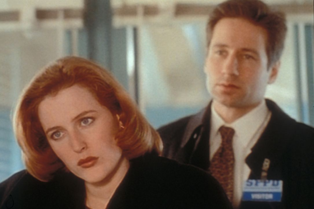 Scully (Gillian Anderson, l.) und Mulder (David Duchovny, r.) untersuchen in der Chinatown von San Francisco einen Fall, bei dem sie erst Geistern n... - Bildquelle: TM +   2000 Twentieth Century Fox Film Corporation. All Rights Reserved.