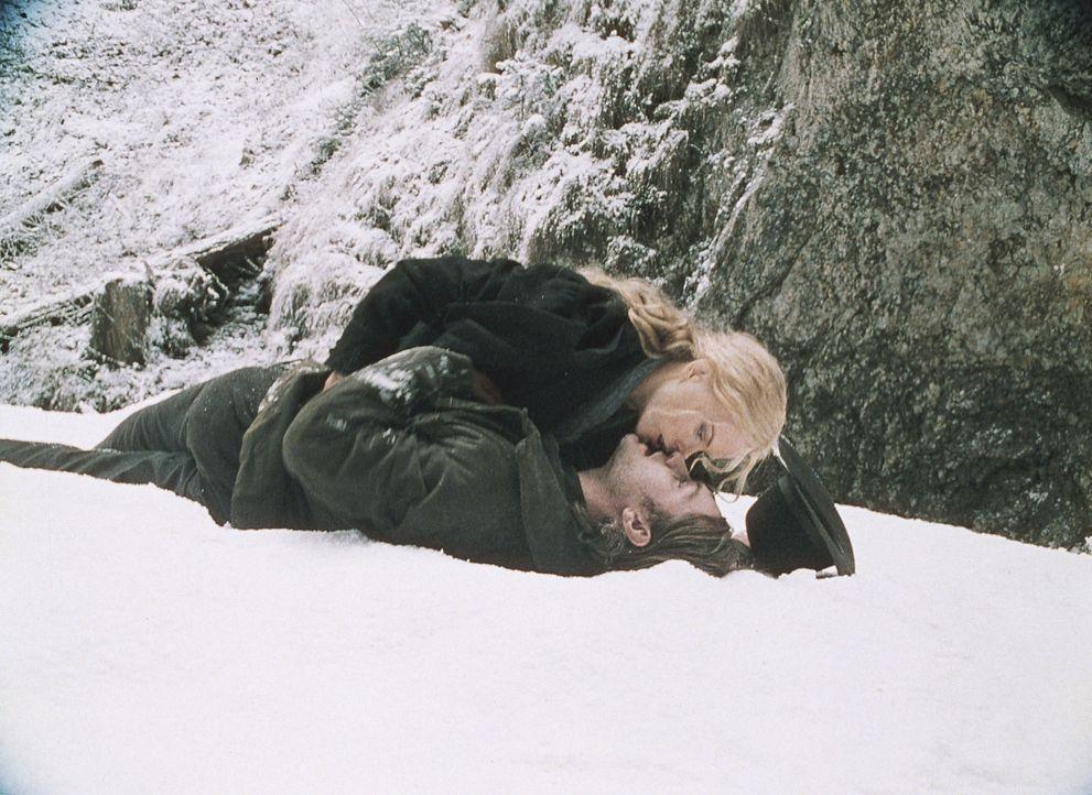 Endlich wieder zu Hause: Ada (Nicole Kidman, oben) und Inman (Jude Law, unten), der drei lange Jahre zuvor Cold Mountain verlassen hatte, um in den... - Bildquelle: Phil Bray MIRAMAX Films/Dimension Films. All Rights Reserved.