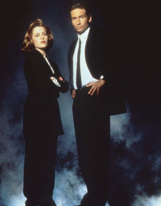 (3. Staffel) - Während die FBI-Agentin und Wissenschaftlerin Scully (Gillian Anderson, l.) übernatürlichen Vorgängen mit viel Skepsis begegnet, ist... - Bildquelle: TM +   2000 Twentieth Century Fox Film Corporation. All Rights Reserved.