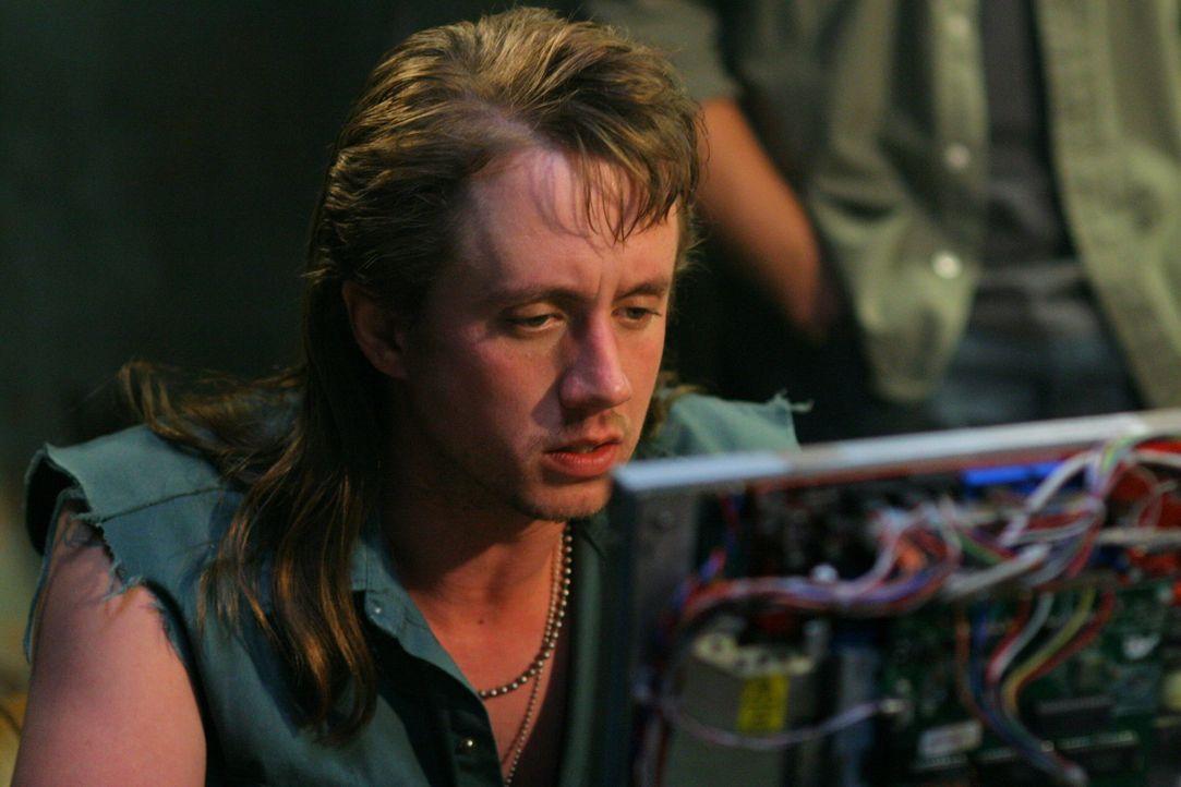Der Computerexperte Ash (Chad Lindberg) hilft den Brüdern, wo er nur kann, einen Dämonen zur Strecke zu bringen ... - Bildquelle: Warner Bros. Television