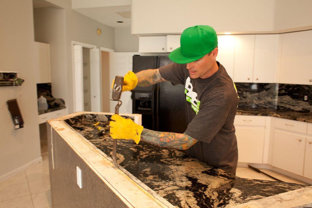 Aktuell gibt die Küche ein sehr deprimierendes Bild wieder und eine Menge Reparaturarbeiten stehen hier für Vanilla Ice (Foto) und sein Team an ... - Bildquelle: 2014, DIY Network/Scripps Networks, LLC. All Rights Reserved.