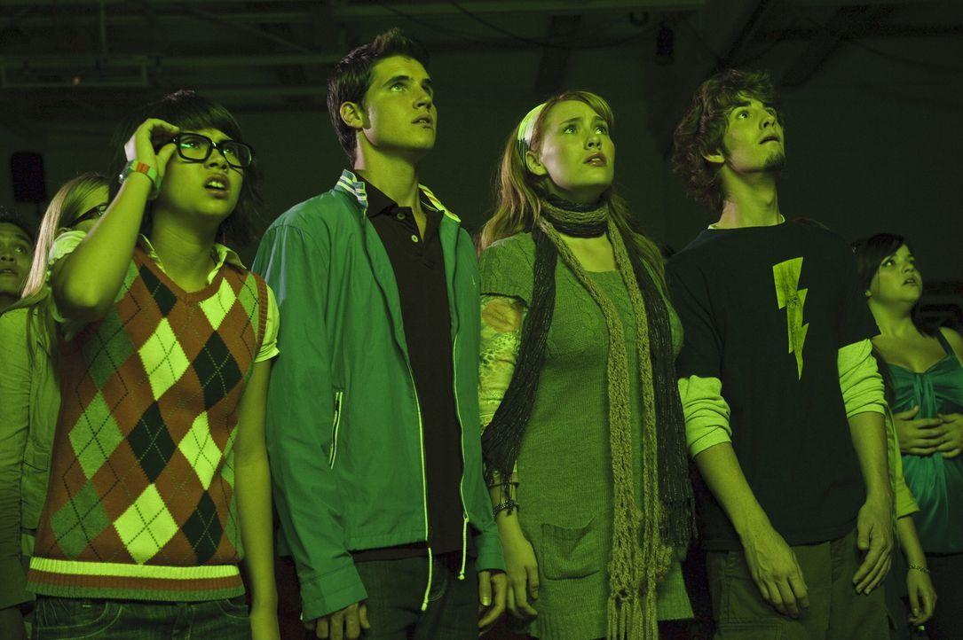 Ahnen, dass Geister ihre Schule verwüstet haben. Doch der Schuldirektor ist davon überzeugt, dass (v.l.n.r.) Velma (Hayley Kiyoko), Fred (Robbie Ame... - Bildquelle: 2009   Warner Brothers