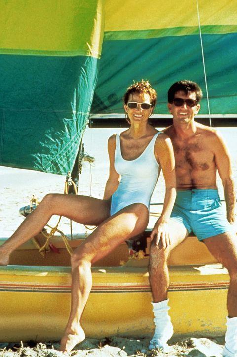 Zwischen Nick (Matt McCoy, r.) und Kate (Janet Jones, l.) funkt es ... - Bildquelle: Warner Bros.