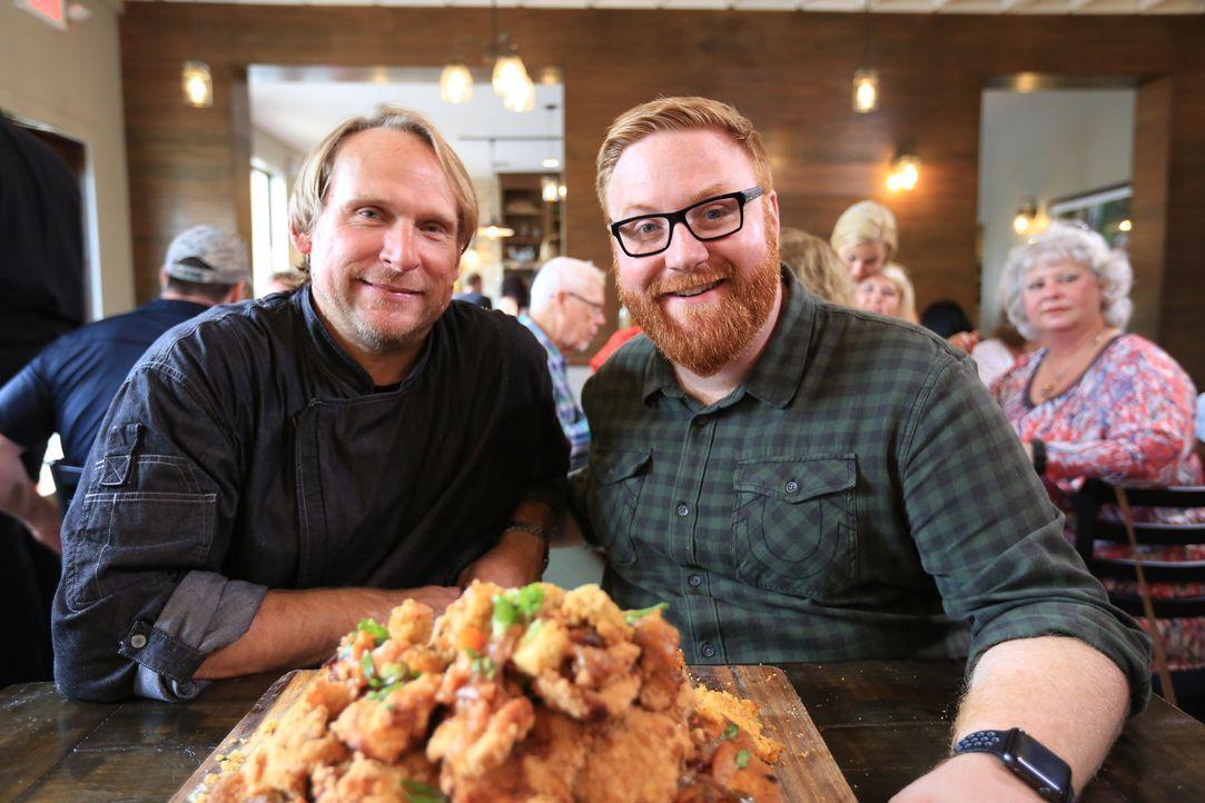 """Koch Adrian Yots (l.) hat serviert und Josh Denny (r.) ist bereit zu probieren: Heute ist der """"Alabama Slamma"""" dran. - Bildquelle: 2017,Television Food Network, G.P. All Rights Reserved"""