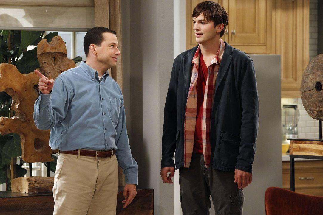 Trotz aller Vorwarnung von Alan (Jon Cryer, l.) und Berta lässt sich Walden (Ashton Kutcher, r.) auf Rose ein. Ob das nicht ein Fehler war? - Bildquelle: Warner Brothers Entertainment Inc.
