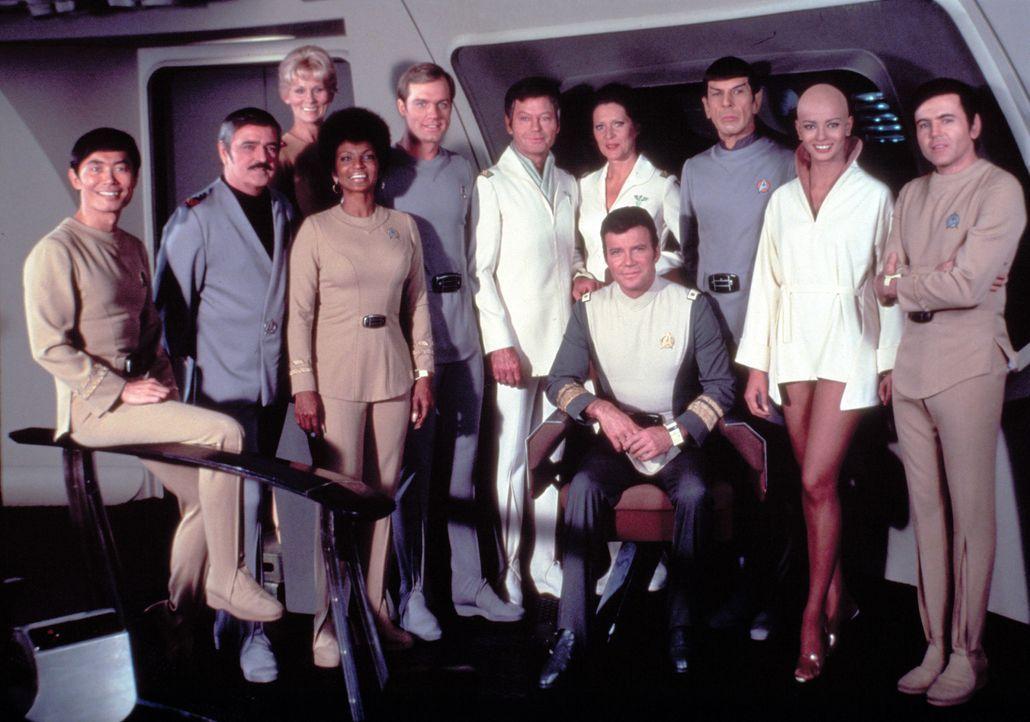 Die Crew ist froh, dass Captain James T. Kirk (William Shatner, vorne r.) wieder das Kommando über die Enterprise hat – denn sie wissen, wie gefährl... - Bildquelle: Paramount Pictures