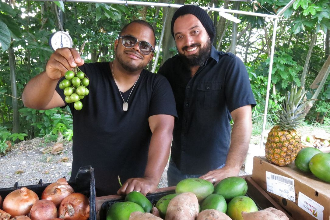(v.l.n.r.) Roger Mooking; Tino Feliciano - Bildquelle: 2015,Cooking Channel, LLC. All Rights Reserved.