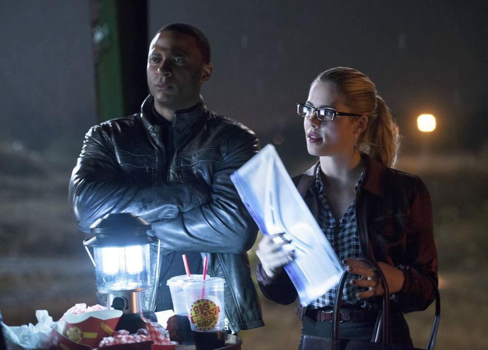 Barry ist total überrascht, als er auf  Oliver, Felicity (Emily Bett Rickards, r.) und Diggle (David Ramsey, l.) in Central City trifft, die einen F... - Bildquelle: Warner Brothers.