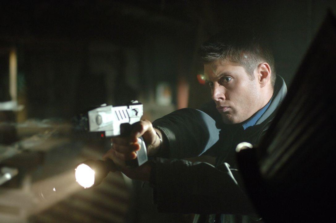 Während Sam die Kinder nach draußen bringt versucht Dean (Jensen Ackles) gegen das Wesen anzukämpfen... - Bildquelle: Warner Bros. Television