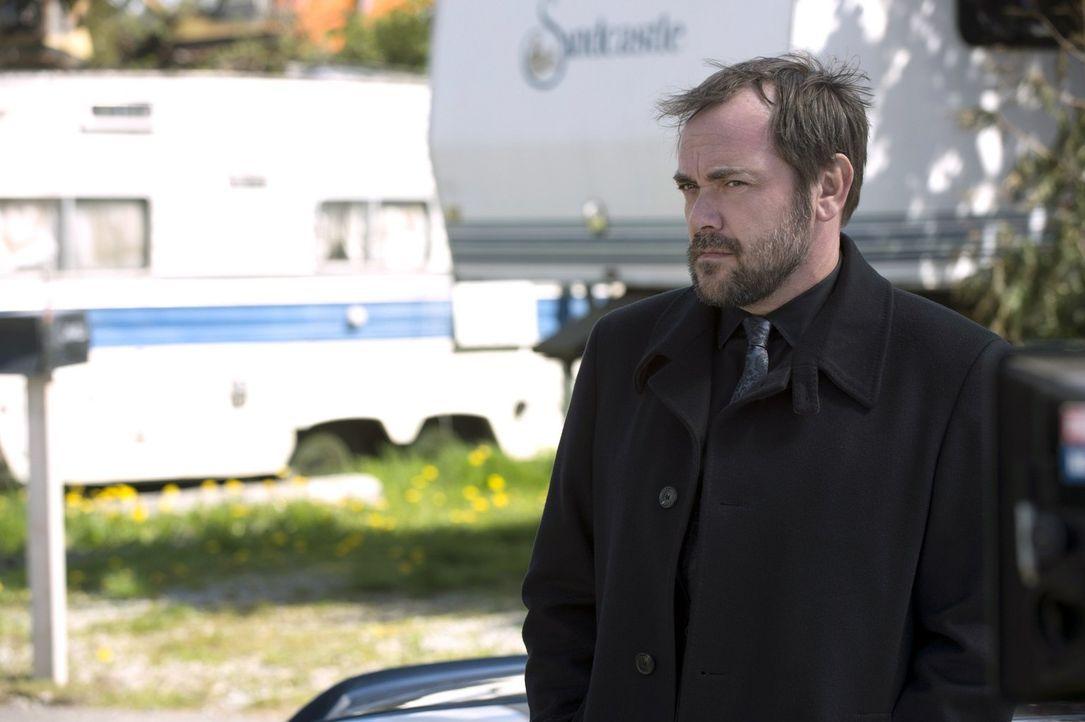 Während im Himmel immer noch um die Vorherrschaft gekämpft wird, ist Crowley (Mark Sheppard) wieder der Alleinherrscher in der Hölle, doch so wirkli... - Bildquelle: 2013 Warner Brothers