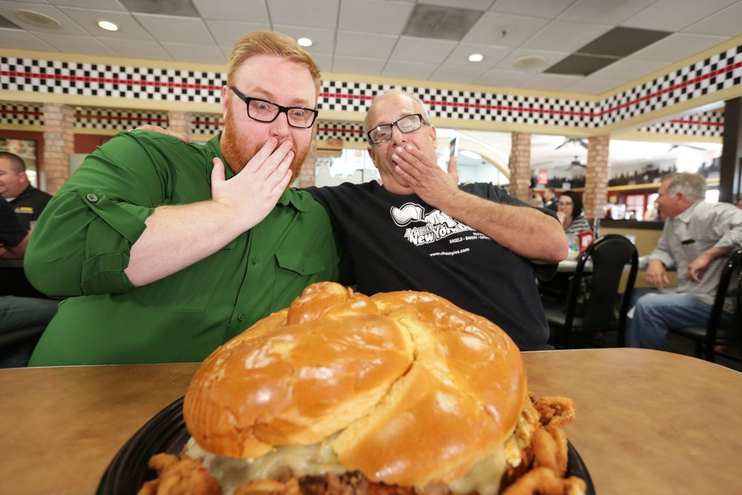 """Im """"Chompie's"""" in Phoenix bekommt Josh Denny (l.) von Chefkoch Bornstein (r.) den """"Bubbie's Belly Buster"""" präsentiert, ein zehn Pfund schweres Brisk... - Bildquelle: 2017,Television Food Network, G.P. All Rights Reserved."""