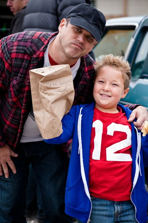 Regisseur Jeff Tremaine (l.) und der kleine Hauptdarsteller Jackson Nicoll (r.) am Set von JACKASS PRESENTS: BAD GRANDPA - Bildquelle: Sean Cliver MMXIII Paramount Pictures Corporation.  All Rights Reserved.