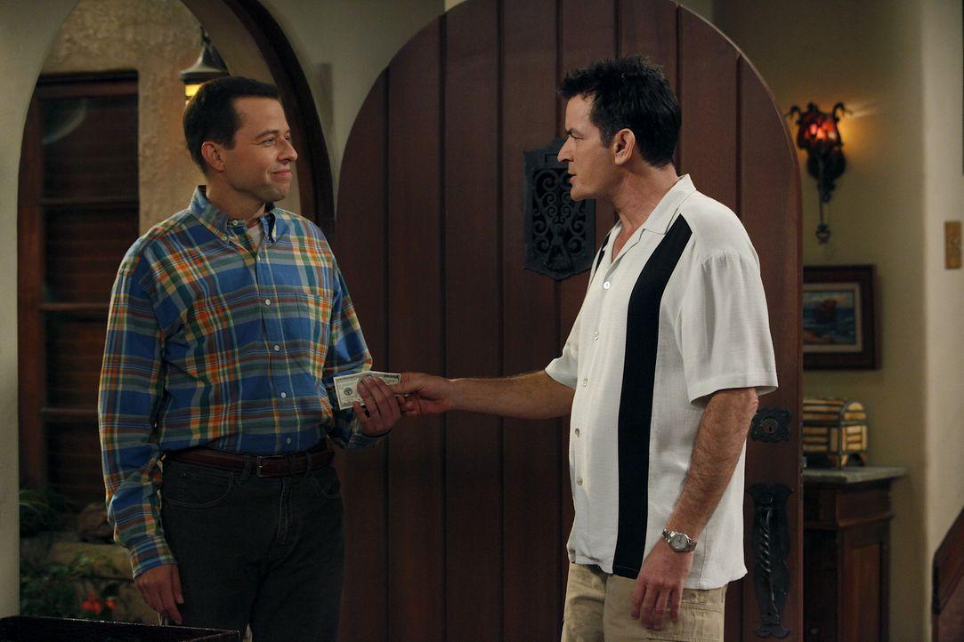 Wird Charlies (Charlie Sheen, r.) Wunsch in Erfüllung gehen und Alan (Jon Cryer, l.) bei Lyndsey einziehen? - Bildquelle: Warner Bros. Television