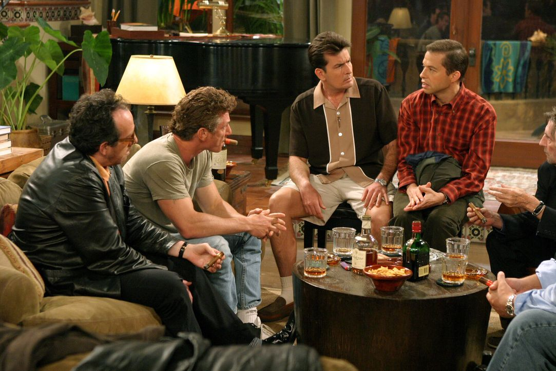 Charlies (Charlie Sheen, 2.v.r.) Freunde (Elvis Costello, l., Sean Penn, 2.v.l.) geben Alan (Jon Cryer, r.) eine Chance, die er allerdings gründlich... - Bildquelle: Warner Bros. Television