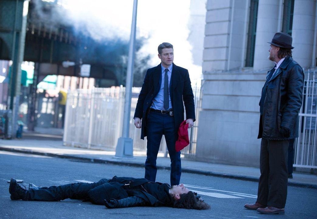Nach mehreren Banküberfällen suchen Gordon (Ben McKenzie, l.) und Bullock (Donal Logue, r.) nach Spuren, die sie zur Red Hood Gang führen, während B... - Bildquelle: Warner Bros. Entertainment, Inc.
