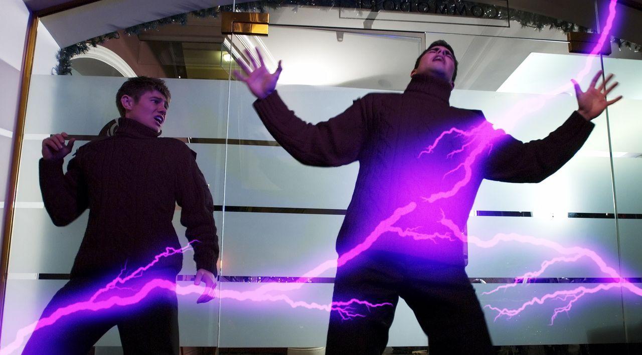 Bemerken zu spät, dass etwas nicht mit rechten Dingen zugeht: Lee (Sebastian Gacki, l.) und Tristan (Adam Dodds, r.). - Bildquelle: Regent Entertainment