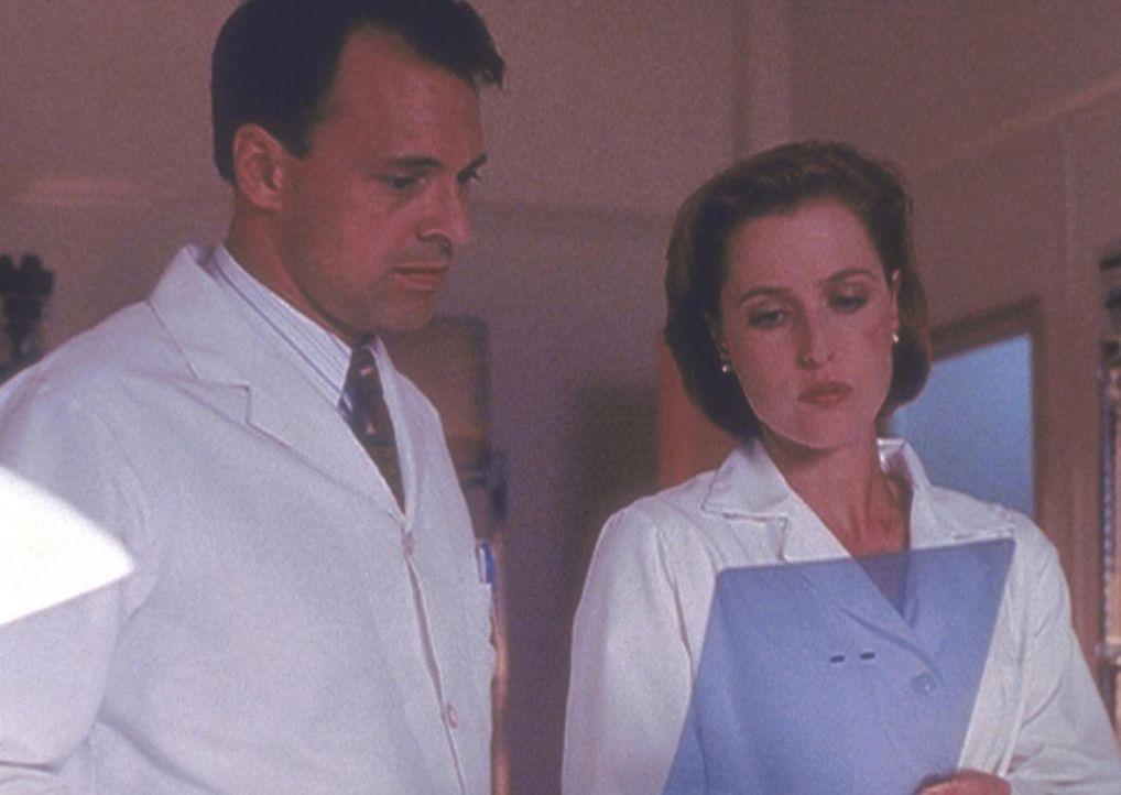 Scully (Gillian Anderson, r.) erfährt von einem Mitarbeiter des Pentagon, dass sie und Mulder jahrelang hinters Licht geführt wurden. - Bildquelle: TM +   Twentieth Century Fox Film Corporation. All Rights Reserved.