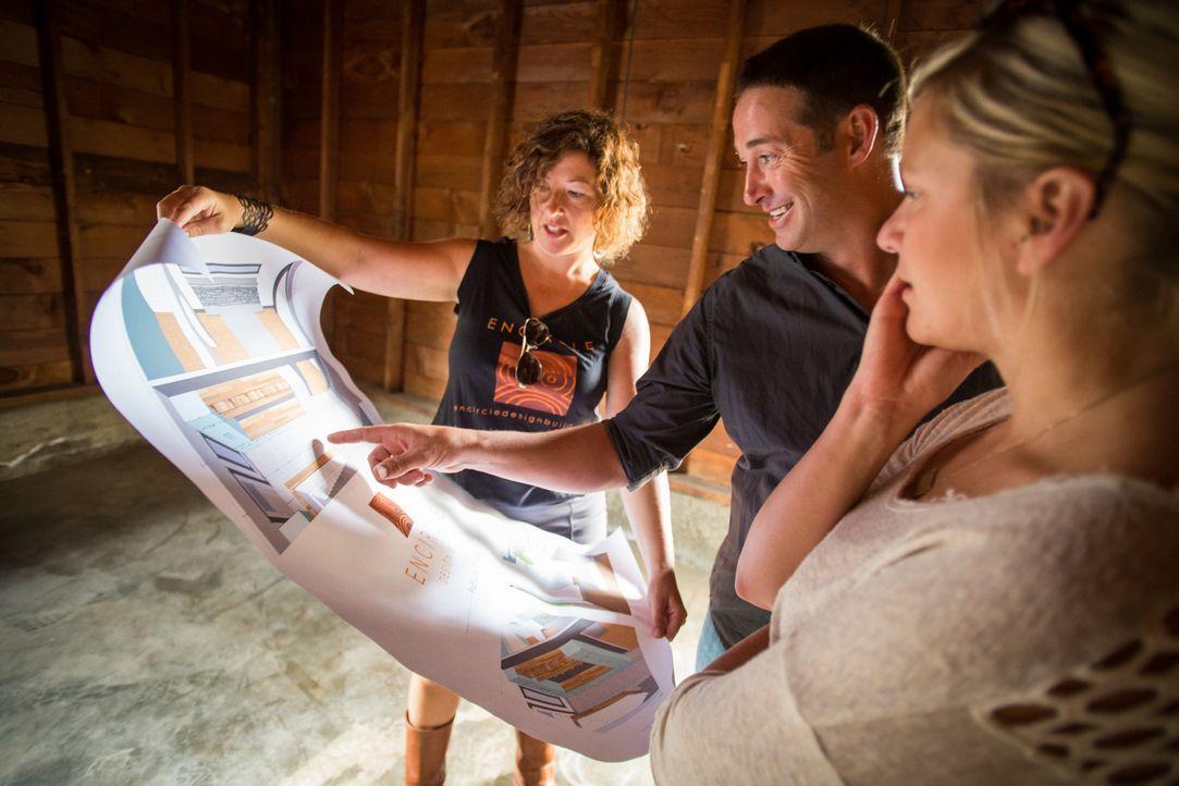 Bauunternehmer Josh Temple (M.) bespricht sich mit zwei Bauhelferinnen, um die großen Pläne, die er für die verzweifelten Hauseigentümer hat, zu ver... - Bildquelle: 2013, DIY Network/ Scripps Networks, LLC. All Rights Reserved.