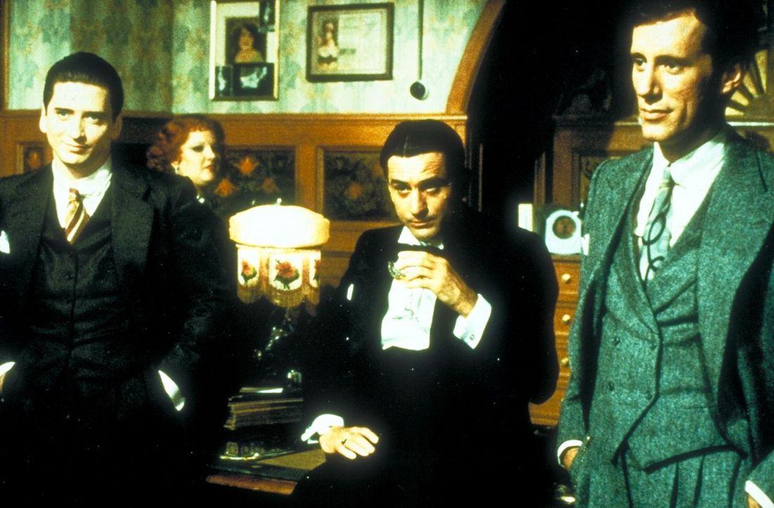 Nach seiner Entlassung aus dem Gefängnis kommt Noodles (Robert De Niro, M.) zurück nach New York und findet seine Freunde Fat Moe (Larry Rapp, l.)... - Bildquelle: Warner Bros.