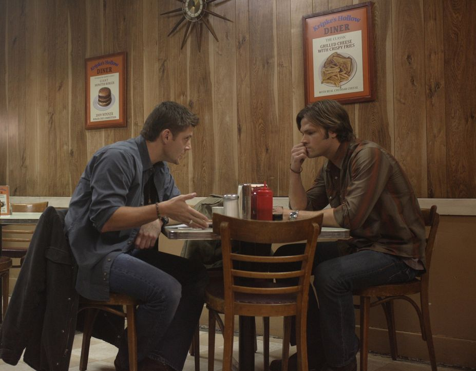 """Sam (Jared Padalecki, r.) und Dean (Jensen Ackles, l.) sind geschockt, als sie eine Comicbuch-Reihe mit dem Namen """"Supernatural"""" entdecken, die deta... - Bildquelle: Warner Bros. Television"""