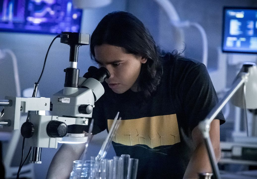 Cisco (Carlos Valdes) - Bildquelle: Jack Rowand 2018 The CW Network, LLC. All rights reserved.