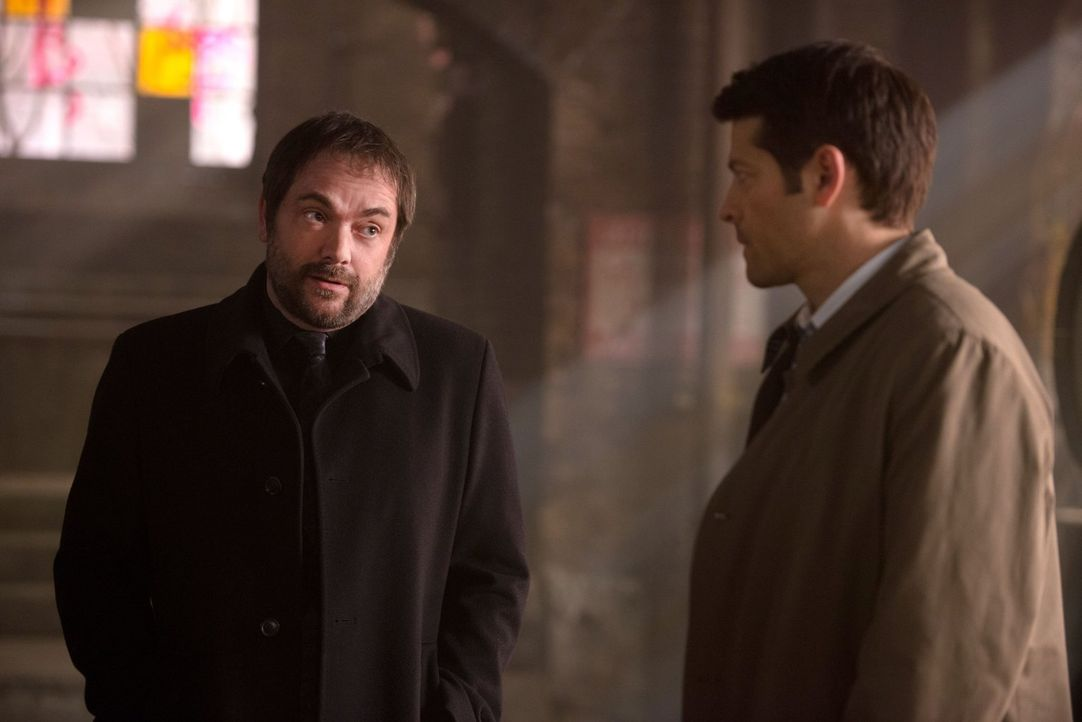 In seiner Verzweiflung sucht sogar Castiel (Misha Collins, r.) Rat und Hilfe bei Crowley (Mark Sheppard, l.), doch dieser ist seit dem Mordversuch v... - Bildquelle: 2016 Warner Brothers