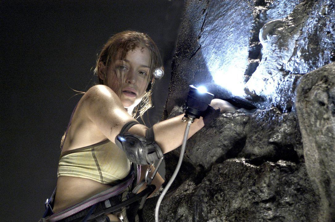Um ein neu entdecktes und äußerst mysteriöses Höhlensystem zu erforschen, wird Charlie (Piper Perabo) mit Spezialisten aus den USA zum Fundort nach... - Bildquelle: Cos Aelenei 2005 Cineblue Internationale Filmproduktionsgesellschaft MbH & Co. 1. Beteiligungs KG.  All Rights Reserved.
