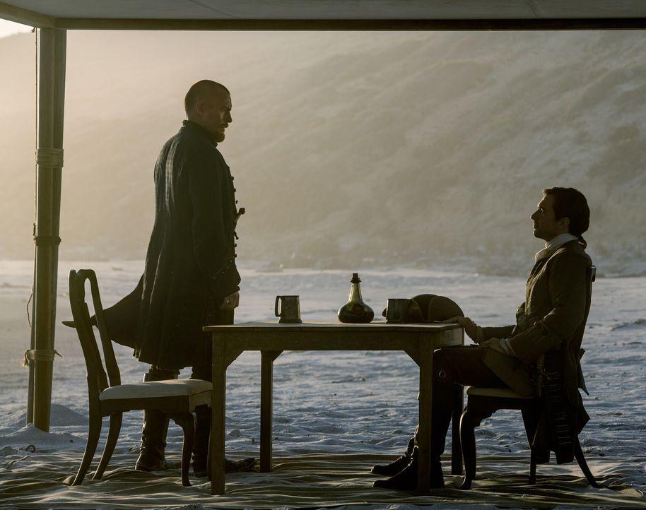 Captain Flint (Toby Stephens, l.) möchte Nassau von den Briten um Woodes Rogers (Luke Roberts, r.) zurückerobern und trifft deshalb sämtliche Vorber... - Bildquelle: David Bloomer 2016 Starz Entertainment, LLC. All Rights Reserved