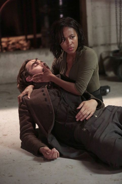 Abbie (Nicole Beharie, r.) und Crane (Tom Mison, l.) geraten ins Fadenkreuz von Pandora und ihrem neusten Killer ... - Bildquelle: 2015-2016 Fox and its related entities.  All rights reserved.