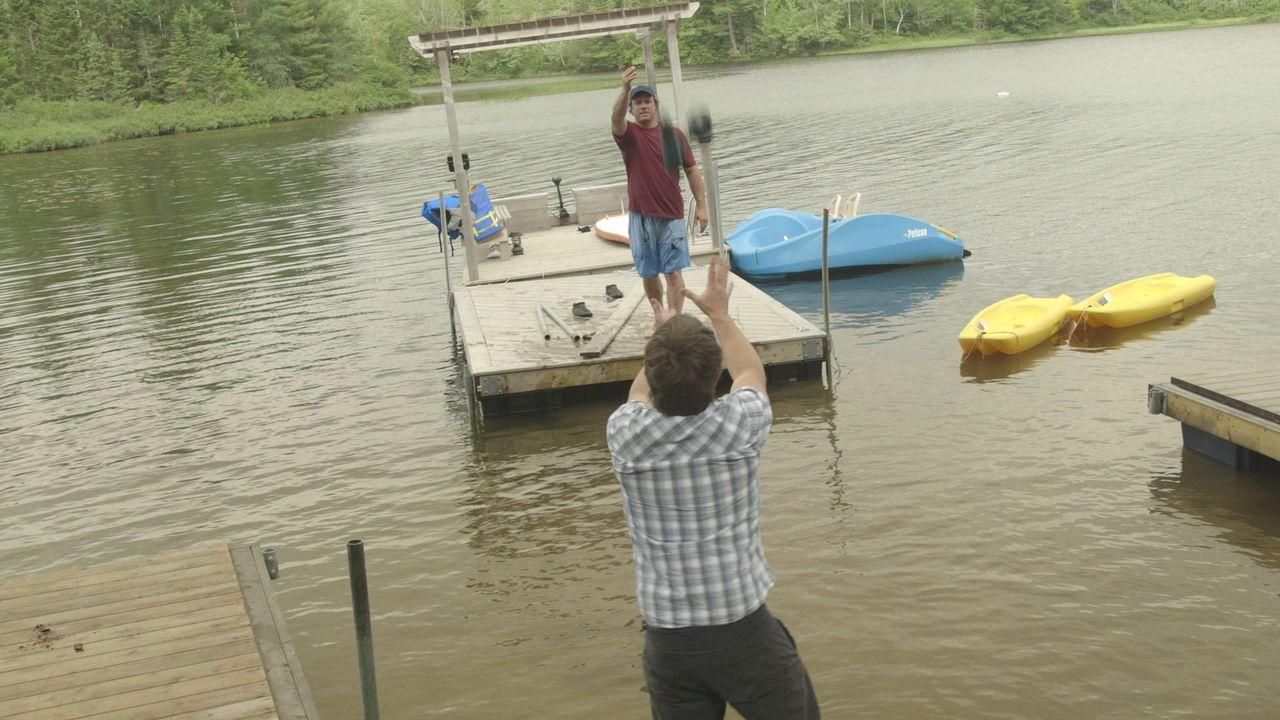 Kevin (hinten) und Andrew (vorne) legen sich ganz schön ins Zeug, um eine schwimmende Feuerfete veranstalten zu können ... - Bildquelle: Brojects Ontario Ltd./Brojects NS Ltd