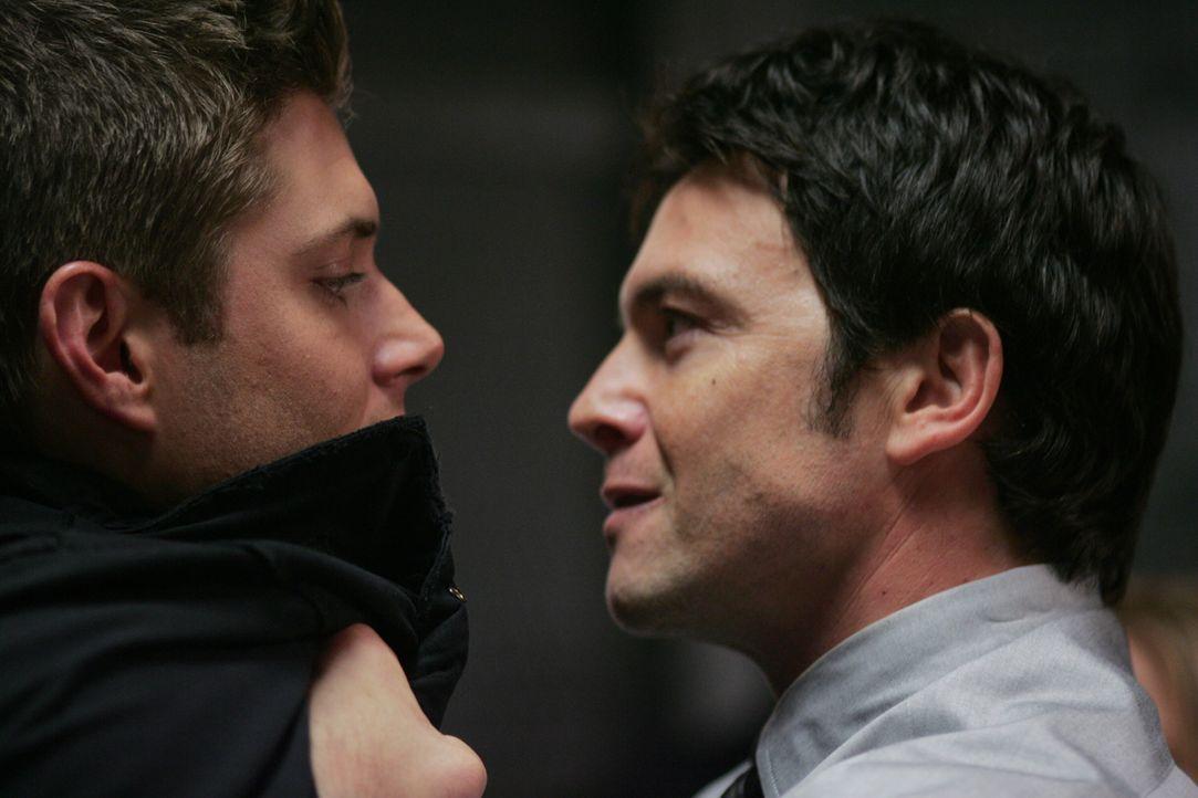Dean (Jensen Ackles, l.) steckt in der Klemme: Polizist Sheridan (Jason Gedrick, r.) glaubt ihm kein Wort und somit ist er der Hauptverdächtige eine... - Bildquelle: Warner Bros. Television