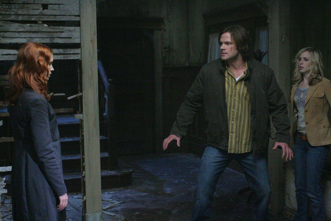 Da Anna (Julie McNiven, l.) nicht die Macht hat, Sam (Jared Padalecki, M.) zu töten, macht sie eine Zeitreise in die Vergangenheit, um Sam und Deans... - Bildquelle: Warner Bros. Television