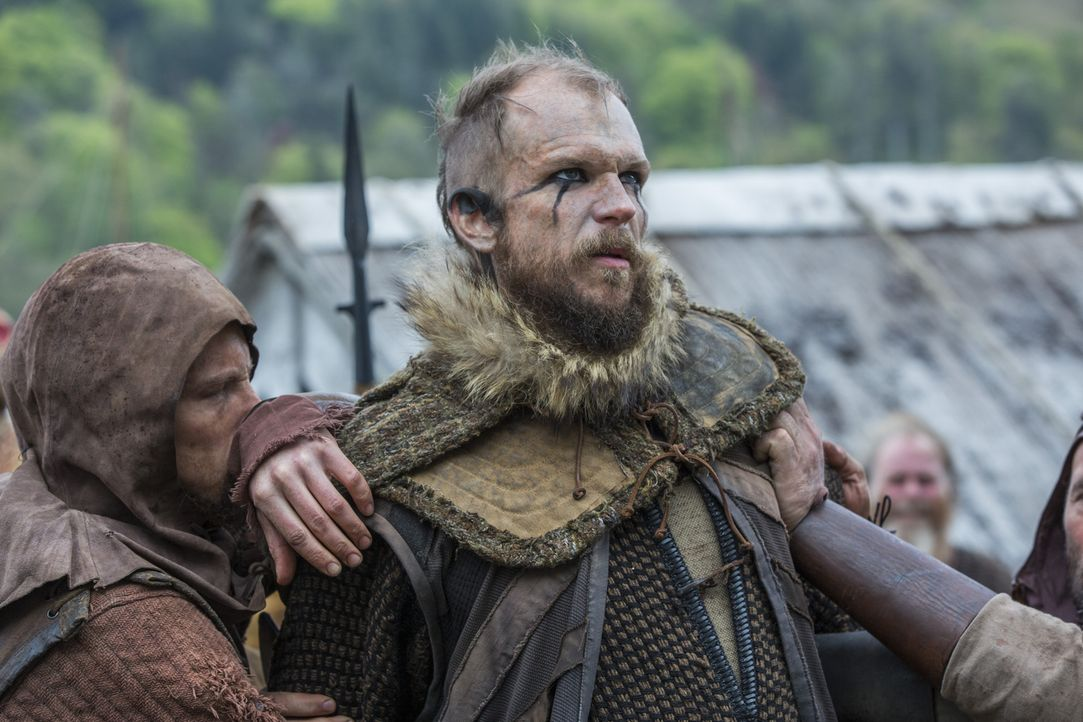 Während Ragnar in Lebensgefahr schwebt, beschließt Bjorn, dessen Geschäfte in die Hand zu nehmen und lässt Floki (Gustaf Skarsgård) in Ketten legen,... - Bildquelle: 2016 TM PRODUCTIONS LIMITED / T5 VIKINGS III PRODUCTIONS INC. ALL RIGHTS RESERVED.