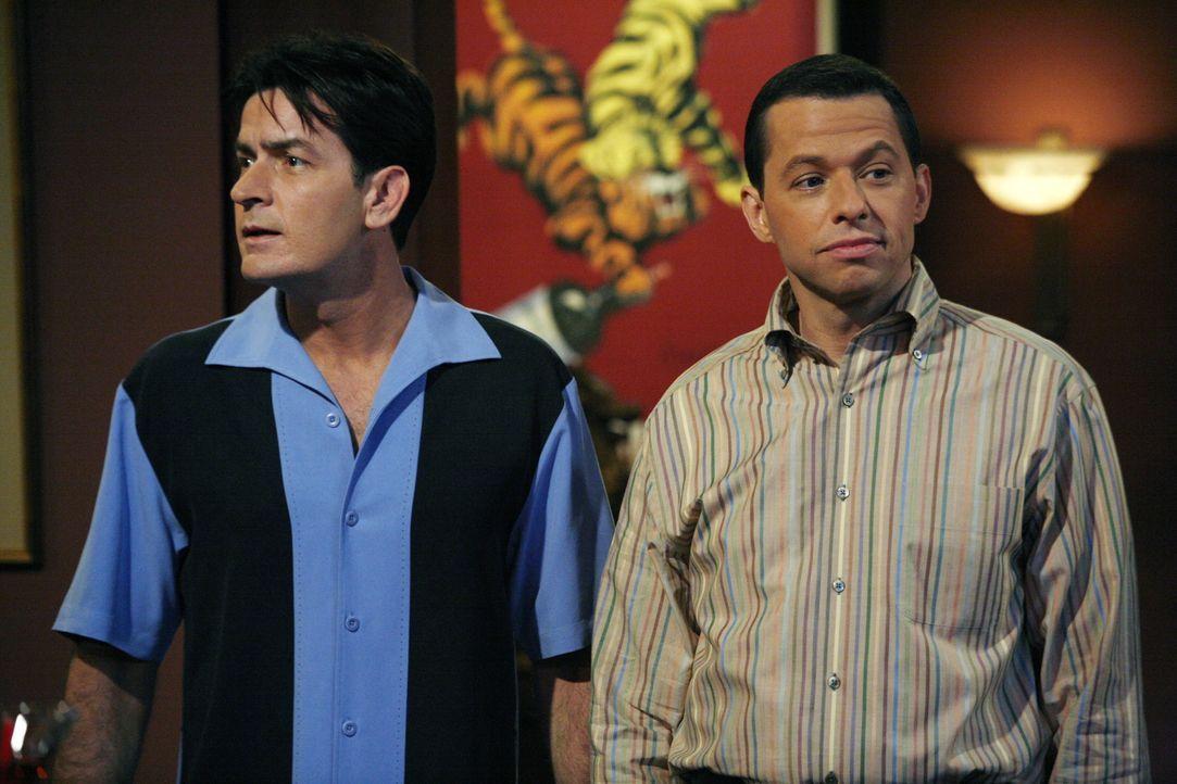 Können unterschiedlicher kaum sein: Charlie (Charlie Sheen, l.) und sein jüngerer Bruder Alan (Jon Cryer, r.) ... - Bildquelle: Warner Brothers Entertainment Inc.